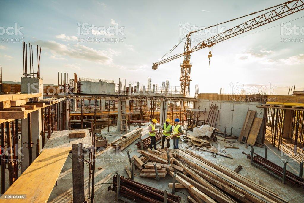 3 엔지니어와 새로운 마천루 위에 크레인 건설 사이트 - 로열티 프리 25-29세 스톡 사진