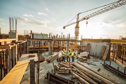 3 엔지니어와 새로운 마천루 위에 크레인 건설 사이트 25-29세에 대한 스톡 사진 및 기타 이미지