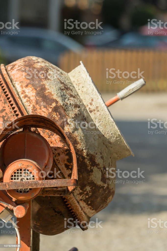 Sitio de obra con hormigoneras y carretillas - foto de stock
