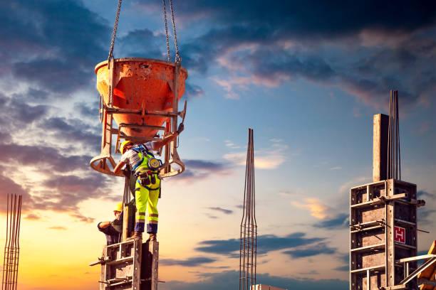 Baustellenarbeiter gießen Beton – Foto