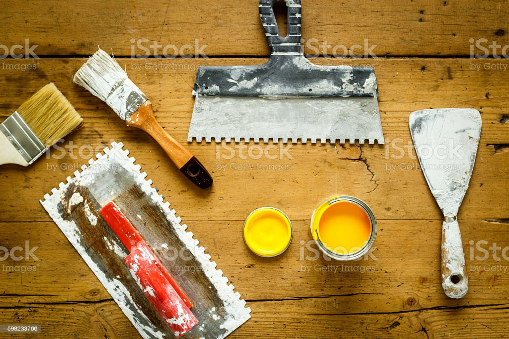 construction tools on a wooden table with yellow paint foto royalty-free