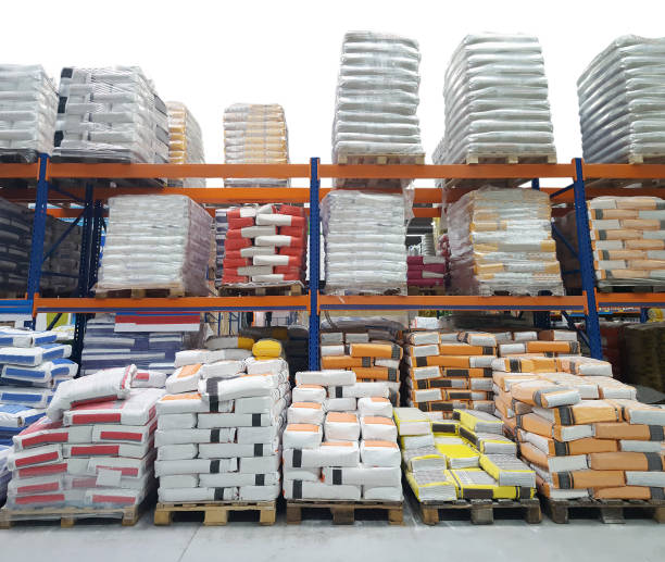 entrepôt de construction avec des sacs de ciment - matériau de construction photos et images de collection