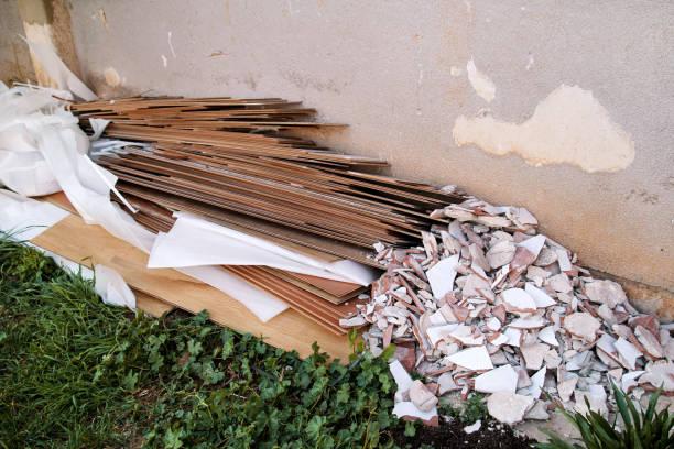 Resíduos de construção. Uma pilha de construção de resíduos. Entulho de construção e pedras. Abandonada, lixo, lixo, lixo amontoados perto do edifício. Cena de rua. Indústria de reciclagem. Ecologia. Não de ecologia. - foto de acervo