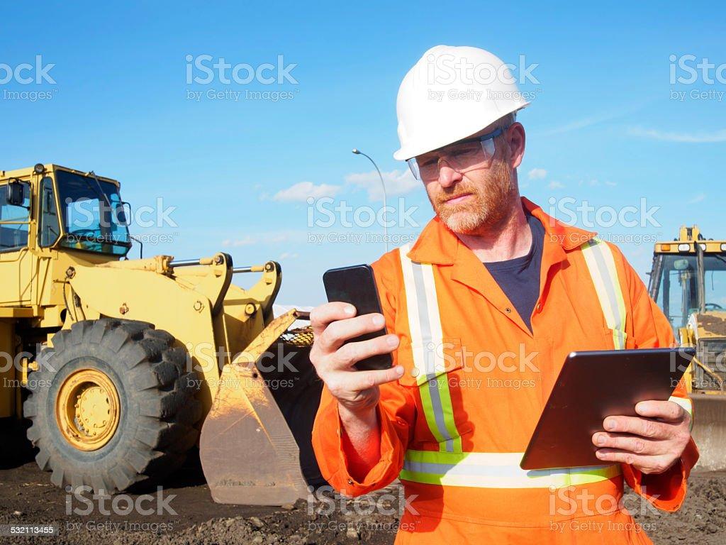 Bauarbeiter und Computer und Handy-Technologie – Foto