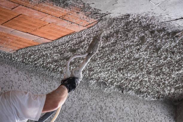 bau arbeiter anwenden zement putz - verputz stock-fotos und bilder