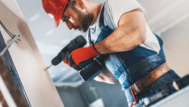 Trabalhador da construção civil montagem de uma parede. - foto de acervo