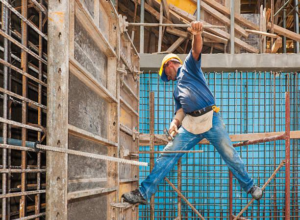 Ouvrier du bâtiment en équilibre entre particulier et formwork image - Photo