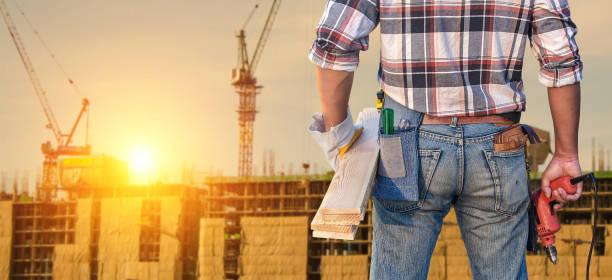 Bauarbeiter. Baumeister-Handwerker mit Bohrer und Holzbrett. – Foto