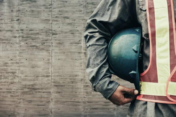 trabajador de construcción revisando ubicación del hotel con la grúa en fondo - obrero de la construcción fotografías e imágenes de stock