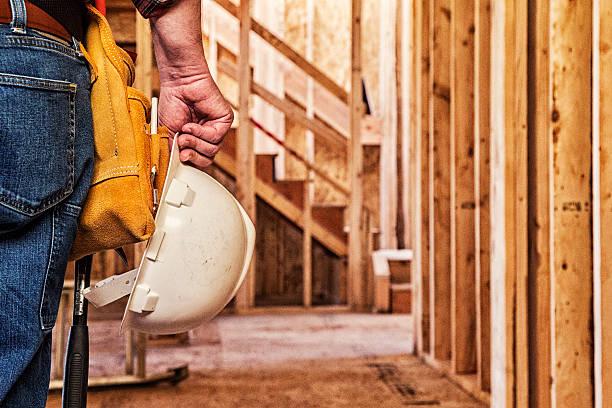 Bauarbeiter Nahaufnahme mit Bauarbeiterhelm in der Hand – Foto