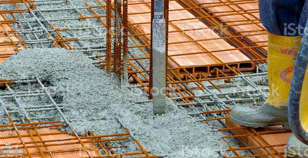 Construction Travailleur compacting liquid ciment - Photo