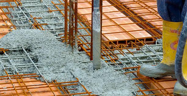 bauarbeiter compacting liquid zement - betonwerkstein stock-fotos und bilder