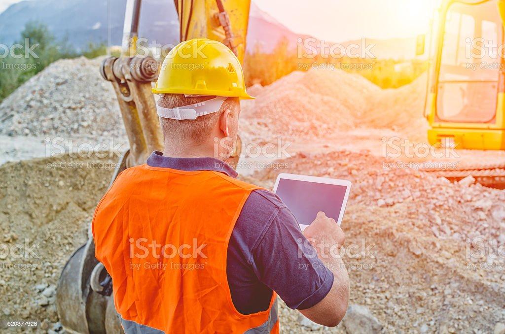 Trabalhador da Construção Civil usando Tablet computador fornecedor foto de stock royalty-free