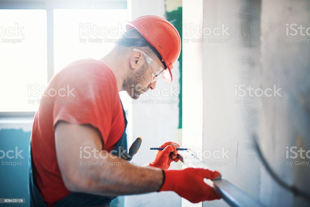 Bauarbeiter während der Innendekoration. – Foto