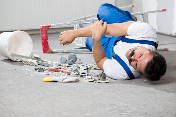 Construction Worker tomber vers le bas de l'échelle - Photo