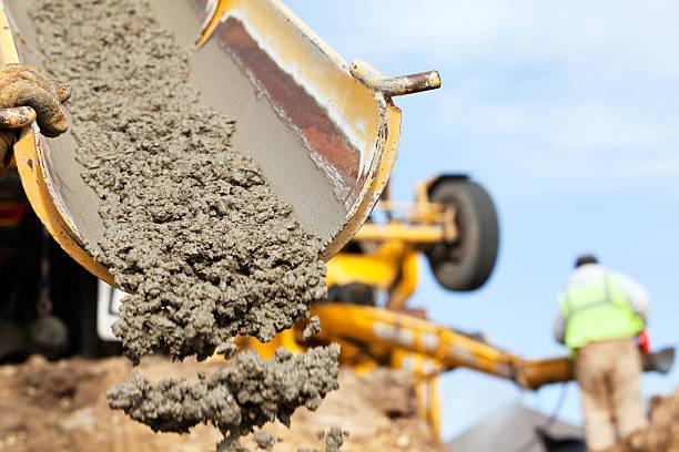 operaio edile guida camion betoniera valle - calcestruzzo foto e immagini stock