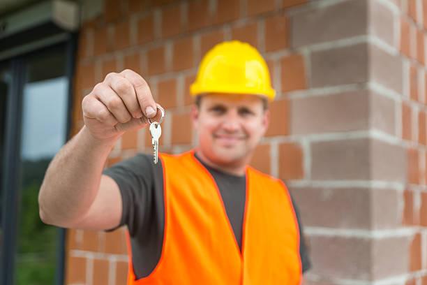 trabalhador da construção civil de entregar as chaves de casa - going inside eye imagens e fotografias de stock