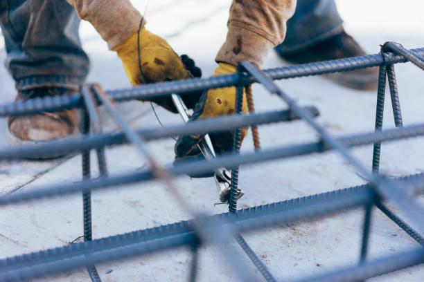 건설 노동자 손 시멘트 보강 와이어 막대와 고정 스틸 바 - 봉 뉴스 사진 이미지
