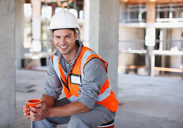 Trabalhador de Construção de ter pausa para o café em construção site - foto de acervo