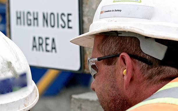 建設作業員の聴力保護 ストックフォト