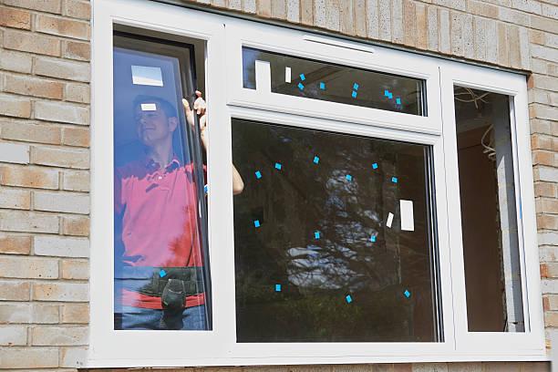 Construcción trabajador de instalar de nuevos Windows en casa - foto de stock