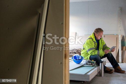 istock Construction Worker On His Dinner Break 527343119