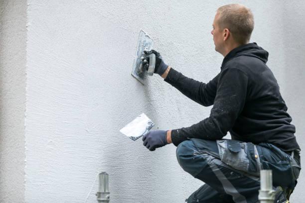 trabajador de la construcción poner estuco decorativo en el exterior de la casa - fachada arquitectónica fotografías e imágenes de stock