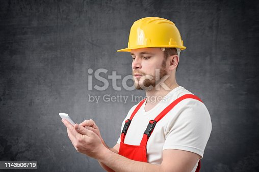 istock Construction worker using smartphone 1143506719