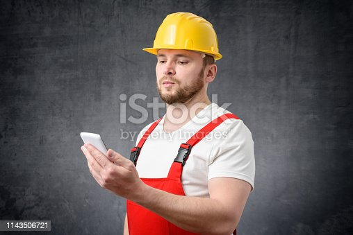 istock Construction worker using smartphone 1143506721