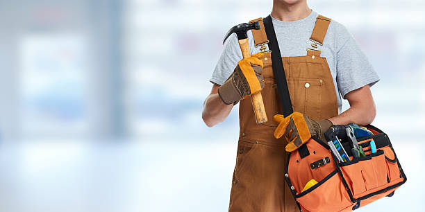 Construction worker with hammer. – Foto