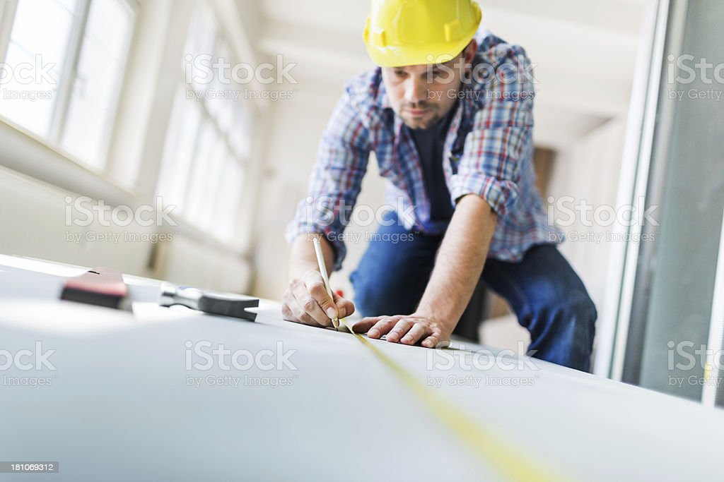 Bauarbeiter mit Maßband auf dem Hotelgelände - Lizenzfrei Arbeiten Stock-Foto