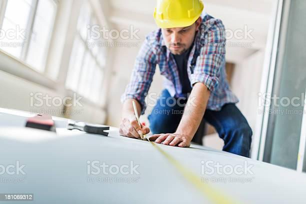 Bauarbeiter Mit Maßband Auf Dem Hotelgelände Stockfoto und mehr Bilder von Boden