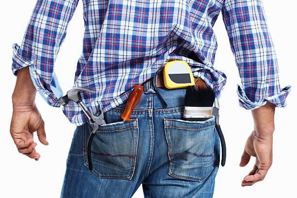 Trabalhador de Construção com ferramentas de trabalho em jeans bolso - foto de acervo