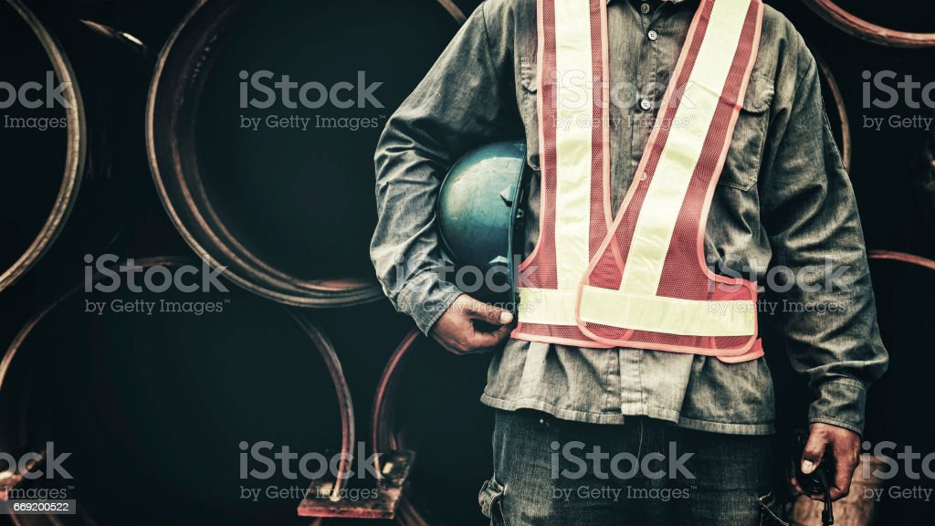 Construction worker working on a construction site - foto de stock