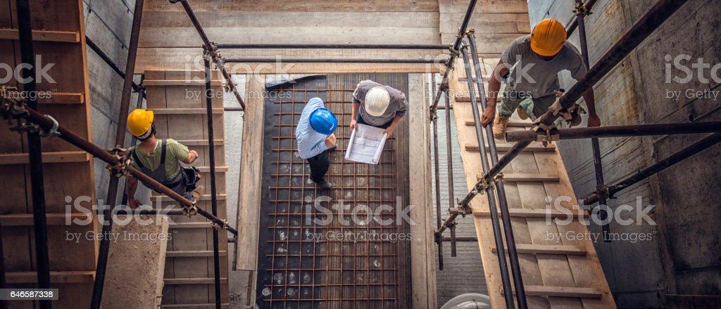 Bauarbeiter und Architekten von oben gesehen Lizenzfreies stock-foto