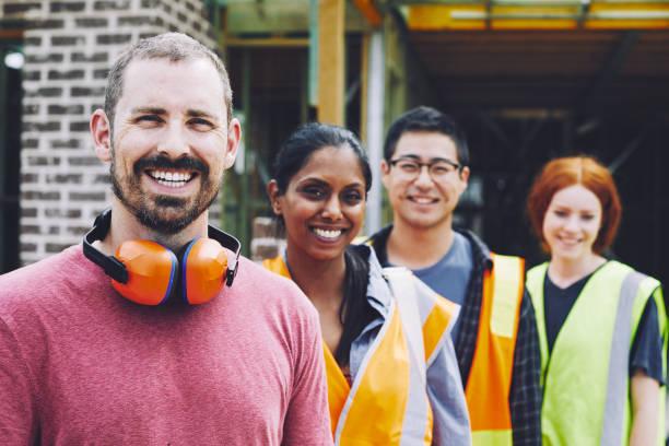 trabajadores de la construcción en australia en obra trabajando y haciendo tareas. - obrero de la construcción fotografías e imágenes de stock