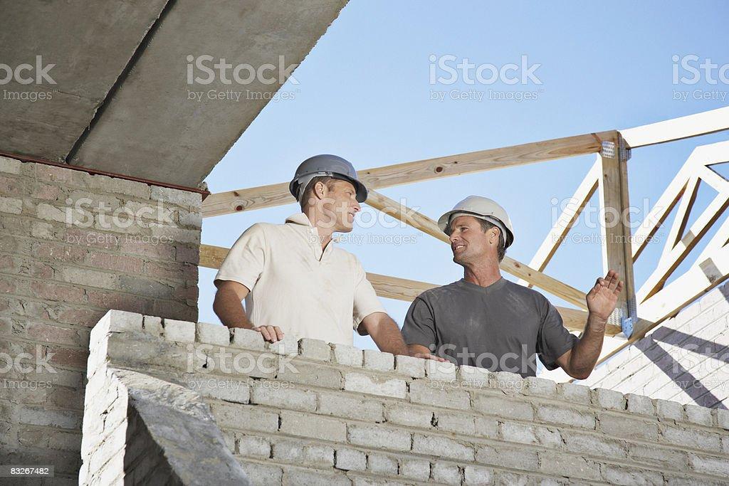 Bau Arbeiter in offenem neues Zuhause Lizenzfreies stock-foto