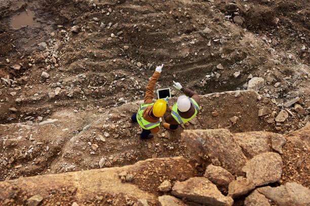 pracownicy budowlani kontrolujący teren - minerał zdjęcia i obrazy z banku zdjęć