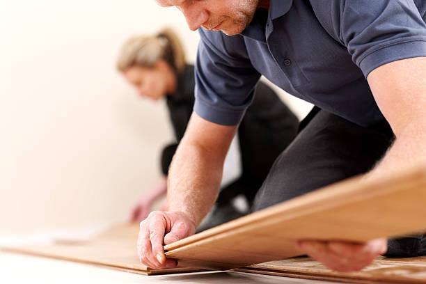 Bau Arbeiter installieren eine neue Holzboden – Foto
