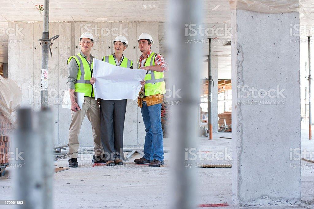 Bau Arbeiter Blick in die Werkzeuge auf Baustelle – Foto