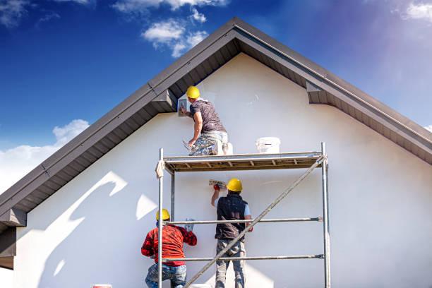 trabalhadores da construção civil rebocam a fachada do prédio. - fachada - fotografias e filmes do acervo