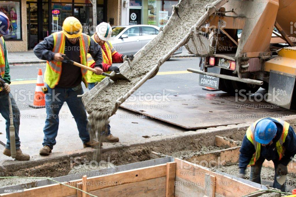 Bauarbeiter Gießen Und Schaufeln Beton Nach Unten Schießen Im Rahmen ...