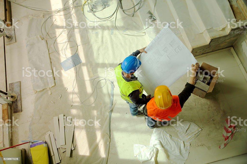 Bau Arbeiter lesen Pläne liegen vor – Foto