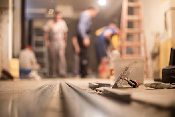 bauarbeiter renoviert innen - betonkleber stock-fotos und bilder