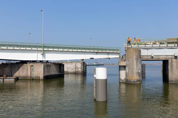 Werknemers in de bouw een brug van de Afsluitdijk in Nederland repareren foto