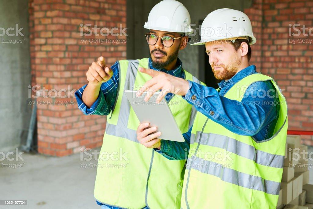 Bauarbeiter mit Digital-Tablette – Foto