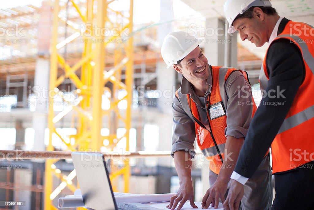 Bau Arbeiter mit laptop auf Baustelle – Foto