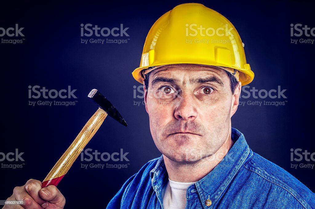 Bauarbeiter mit Hammer stock photo