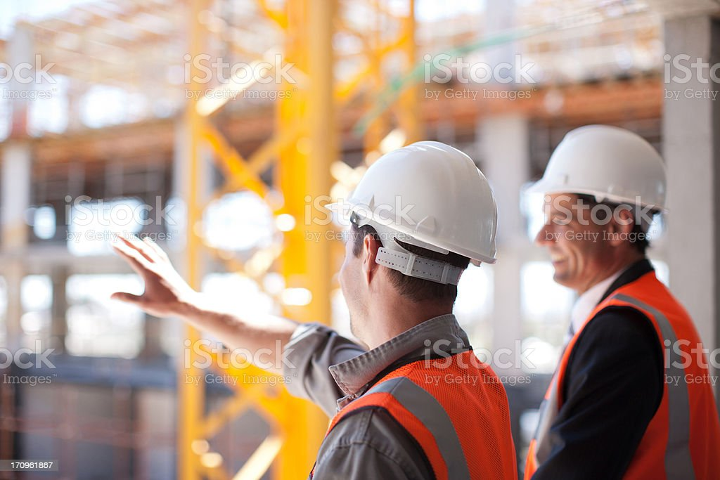 Pracowników budowlanych w pracy na plac budowy – zdjęcie