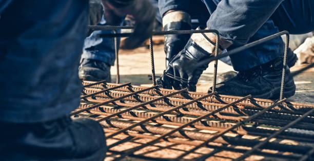 지붕에 작업 하는 건설 노동자 - 봉 뉴스 사진 이미지